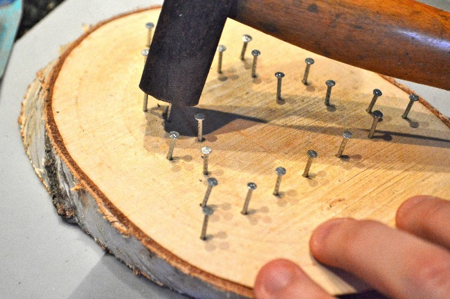 Draadfiguur op hout