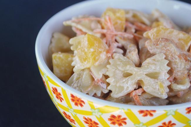 Koude pastasalade met kip en perzik